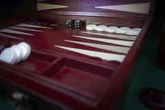 Τα κόκκινα άσπρα μαύρα επιτραπέζια παιχνίδια ταβλιών μαυρίσματος που τίθενται με τα τσιπ και το λευκό και το Μαύρο χωρίζουν σε τε στοκ εικόνες