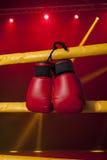 Τα κόκκινα εγκιβωτίζοντας γάντια κρεμούν από το εγκιβωτίζοντας δαχτυλίδι Στοκ Εικόνα