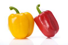 Τα κόκκινα και κίτρινα γλυκά πιπέρια απομονώνουν το άσπρο υπόβαθρο στοκ φωτογραφίες