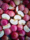 Τα κόκκινα και κίτρινα μήλα είναι το δέρμα της Apple Βλαστός με το phon Στοκ Φωτογραφία