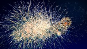 Τα κόκκινα και πορτοκαλιά πυροτεχνήματα εκρήγνυνται στον ουρανό έννοια καλή χρονιά απόθεμα βίντεο