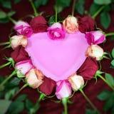 Τα κόκκινα και ρόδινα τριαντάφυλλα διαμορφώνουν μια μορφή καρδιών στοκ φωτογραφίες