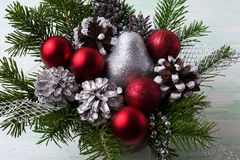 Τα κόκκινα μπιχλιμπίδια Χριστουγέννων, ασήμι ακτινοβολούν αχλάδι και διακοσμημένο πεύκο Στοκ Εικόνα