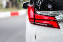 Τα κόκκινα οπίσθια φανάρια αυτοκινήτων κινηματογραφήσεων σε πρώτο πλάνο φαίνονται σύγχρονη πολυτέλεια στοκ εικόνες