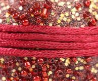 Τα κόκκινα τυλίγοντας σκοινιά λάμπουν επάνω υπόβαθρο στοκ φωτογραφία