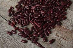 Τα κόκκινα φασόλια, ξεραίνουν διεσπαρμένος σε ξύλινο Στοκ φωτογραφία με δικαίωμα ελεύθερης χρήσης