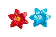 Τα κόκκινα χρυσά μπλε λαμπιρίζοντας πλαστά λουλούδια διακοσμούν απομονωμένος στο λευκό Στοκ Εικόνα