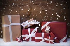 Τα κόκκινα δώρα Χριστουγέννων και παρουσιάζουν με την άσπρη κορδέλλα, Snowflakes Στοκ Εικόνες