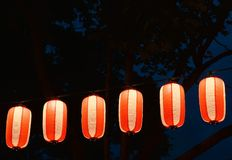 Τα κόκκινος-άσπρα ιαπωνικά φανάρια Chochin εγγράφου λάμπουν στο σκοτεινό ουρανό Στοκ φωτογραφία με δικαίωμα ελεύθερης χρήσης