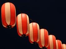 Τα κόκκινος-άσπρα ιαπωνικά φανάρια Chochin εγγράφου λάμπουν στο σκοτεινό ουρανό Στοκ Εικόνα