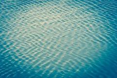 Τα κύματα αερακιού το νερό και τα κύματα μορφών στοκ εικόνα