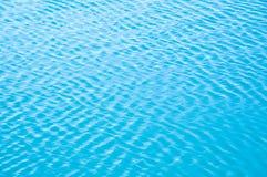 Τα κύματα αερακιού το νερό και τα κύματα μορφών στοκ φωτογραφία