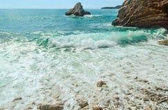 Τα κύματα θάλασσας, αφρός θάλασσας, χωρίζουν στις παράκτιες πέτρες Στοκ φωτογραφία με δικαίωμα ελεύθερης χρήσης