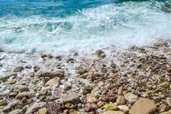 Τα κύματα θάλασσας, αφρός θάλασσας, χωρίζουν στις παράκτιες πέτρες Στοκ φωτογραφίες με δικαίωμα ελεύθερης χρήσης
