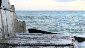 Τα κύματα θάλασσας κτυπούν ενάντια στη συγκεκριμένη αποβάθρα φιλμ μικρού μήκους
