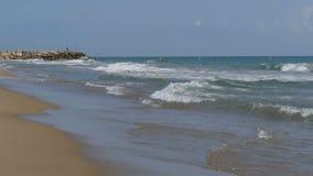 Τα κύματα θάλασσας κυλούν σε μια παραλία άμμου σε σε αργή κίνηση απόθεμα βίντεο