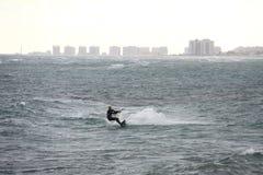 Τα κύματα θάλασσας κυμάτων σερφ σερφ ικτίνων στη θάλασσα το αθλητικό άκρο κάνοντας σερφ τη μεσογειακή φύση παραλιών στοκ φωτογραφία με δικαίωμα ελεύθερης χρήσης