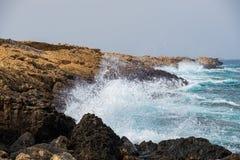 Τα κύματα θάλασσας συντρίβουν επάνω στους βράχους στην παραλία του Απόστολος Andreas σε Karpasia, Κύπρος στοκ εικόνα