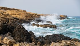 Τα κύματα θάλασσας συντρίβουν επάνω στους βράχους στην παραλία του Απόστολος Andreas σε Karpasia, Κύπρος στοκ φωτογραφία με δικαίωμα ελεύθερης χρήσης