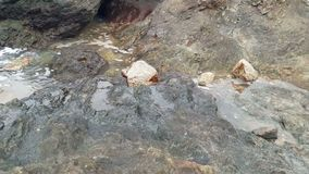 Τα κύματα θάλασσας χτυπούν τους βράχους και το καταβρεγμένο νερό απόθεμα βίντεο