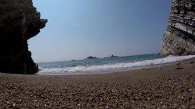 Τα κύματα θάλασσας χωρίζουν στους βράχους, πυροβολισμός κινηματογραφήσεων σε πρώτο πλάνο απόθεμα βίντεο