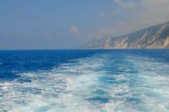 τα κύματα διαμορφώνονται πίσω από μια βάρκα Στοκ Φωτογραφίες