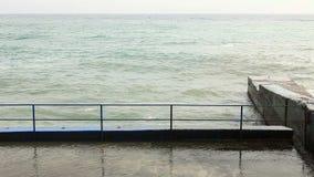 Τα κύματα κτυπούν ενάντια στην ακτή απόθεμα βίντεο