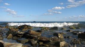 Τα κύματα κτυπούν ενάντια στις πέτρες, ένα σκυθρωπό τοπίο Στοκ Εικόνες