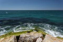 Τα κύματα κτυπούν ενάντια στους βράχους στην ακτή του Ατλαντικού Ωκεανού Στοκ φωτογραφία με δικαίωμα ελεύθερης χρήσης