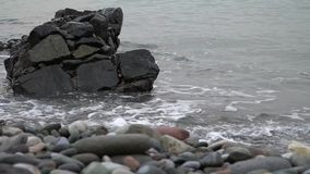 Τα κύματα κτυπούν σε έναν βράχο θαλασσίως απόθεμα βίντεο