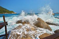 Τα κύματα κτυπούν στην ακτή του νησιού Στοκ εικόνα με δικαίωμα ελεύθερης χρήσης