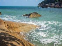 Τα κύματα κτυπούν στους βράχους της ακτής Koh Pangan στοκ φωτογραφία με δικαίωμα ελεύθερης χρήσης