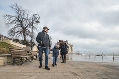 Τα κύματα οικογενειακών ρολογιών και παίρνουν υγρά στη Μαύρη Θάλασσα Στοκ φωτογραφίες με δικαίωμα ελεύθερης χρήσης