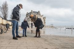 Τα κύματα οικογενειακών ρολογιών και παίρνουν υγρά στη Μαύρη Θάλασσα Στοκ Φωτογραφία