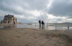 Τα κύματα οικογενειακών ρολογιών και παίρνουν υγρά στη Μαύρη Θάλασσα Στοκ Εικόνα