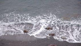 Τα κύματα πλένουν τη δύσκολη παραλία φιλμ μικρού μήκους