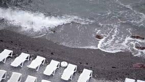 Τα κύματα πλένουν τη δύσκολη παραλία απόθεμα βίντεο