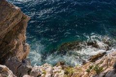 Τα κύματα που περιτυλίγουν στους βράχους Στοκ εικόνες με δικαίωμα ελεύθερης χρήσης