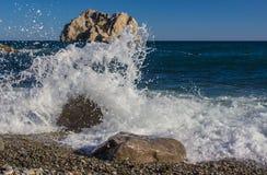 Τα κύματα που σπάζουν στο βράχο Στοκ Εικόνες