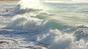 Τα κύματα που συντρίβουν στην αμμώδη παραλία με οι άνθρωποι Oahu, Χαβάη απόθεμα βίντεο