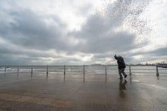 Τα κύματα ρολογιών και φωτογραφιών γυναικών και παίρνουν υγρά στη Μαύρη Θάλασσα Στοκ φωτογραφία με δικαίωμα ελεύθερης χρήσης
