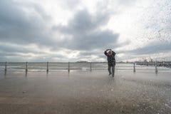 Τα κύματα ρολογιών και φωτογραφιών γυναικών και παίρνουν υγρά στη Μαύρη Θάλασσα Στοκ Εικόνα