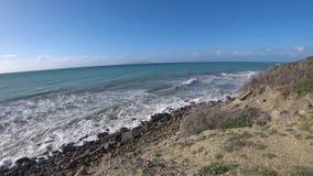 Τα κύματα σε μια δύσκολη ακτή, θυελλώδης ημέρα το καλοκαίρι απόθεμα βίντεο