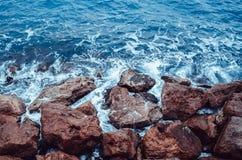 Τα κύματα σπάζουν τους βράχους στοκ φωτογραφίες