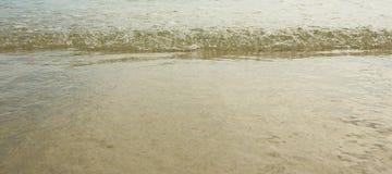 Τα κύματα στην παραλία Στοκ εικόνα με δικαίωμα ελεύθερης χρήσης