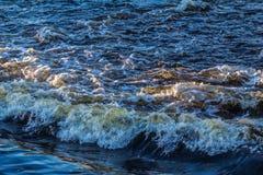 Τα κύματα στον ποταμό Στοκ φωτογραφία με δικαίωμα ελεύθερης χρήσης