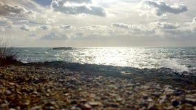 Τα κύματα συντρίβουν επάνω στους βράχους και χωρίζουν στην υδρονέφωση φιλμ μικρού μήκους