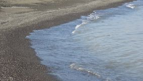Τα κύματα της Κασπίας Θάλασσα κύλησαν στη μαύρη άμμο Lankaran, Αζερμπαϊτζάν απόθεμα βίντεο