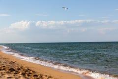 Τα κύματα ‹â€ ‹θάλασσας †χαϊδεύουν την ακτή φωτεινά θάλασσας αφρού αερακιού κύματα όμορφων τοπίων και μιας η άμμος και η γραμμή στοκ εικόνες με δικαίωμα ελεύθερης χρήσης