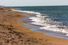 Τα κύματα ‹â€ ‹θάλασσας †χαϊδεύουν την ακτή φωτεινά θάλασσας αφρού αερακιού κύματα όμορφων τοπίων και μιας η άμμος και η γραμμή στοκ εικόνα με δικαίωμα ελεύθερης χρήσης
